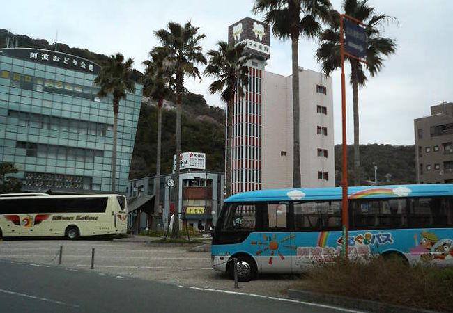 有名スポットということで観光バスもよく出入りしてます。