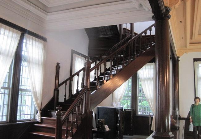 階段も素敵です。貴婦人になった気分