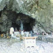 多数の積み石と地蔵が並ぶ佐渡の霊的スポット
