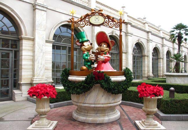 ホテルの入り口近くにミッキーとミニーの像があります。