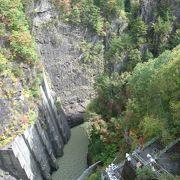 断崖絶壁が迫る素晴らしい渓谷美