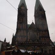 市庁舎の東側にある2つの塔がある教会