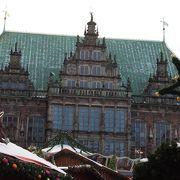 市庁舎前のマルクト広場はクリスマスマーケット