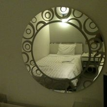 おしゃれな鏡に映ったベットです。