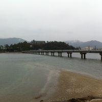 竹島からホテルを望む