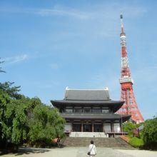 バックに東京タワーが見える