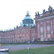 フリードリッヒ大王が建てたバロック様式の大宮殿です。