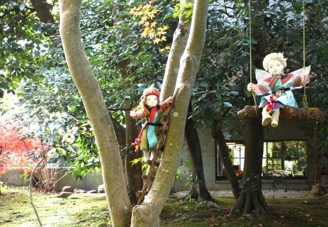 森の中のカフェで人形作家の作品も鑑賞できるお洒落なお店。