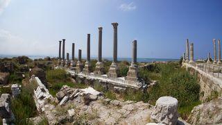 ローマ時代の遺跡が残る古代都市、地中海を望む絶景のロケーション。