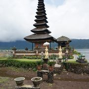湖に浮かぶ寺院らしい