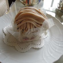 クリスマス限定ケーキに目もくれず、やはりモンブラン!