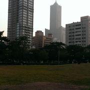 85大楼が見える 市民の憩いの場