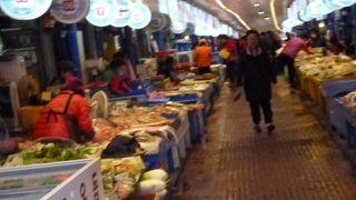 見て、食べて、買い物して・・楽しめる市場