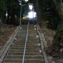 階段で行くか、横の道から行くか。