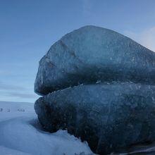モービル交代地点にあった氷の塊。高さは3mくらい
