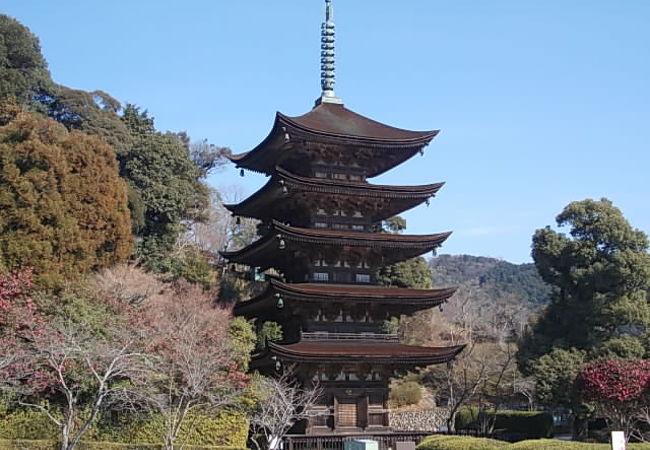 青空を背景にした五重塔の様子