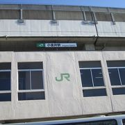 C57の動輪が駅前ロータリーに飾られています。