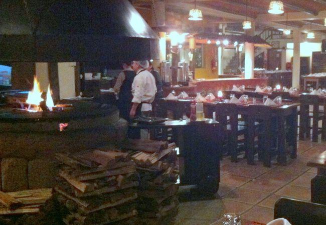 ディナーに上階で鮎と肉グリル、軽食は下階でピッツァもあり。