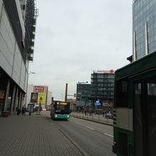 Viruから空港行きのバスに乗る所、遠目に見えるのはバス