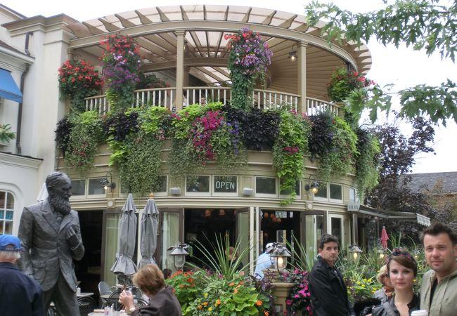 たくさんの花で飾られたオシャレなレストラン