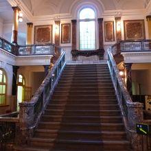 中央階段。ロケに使いたくなるのも頷けます。