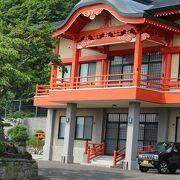 朱塗りの新しいお堂になっているお寺