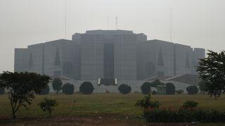 ダッカで存在感のある建築物 国会議事堂