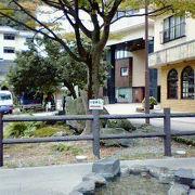 温泉街の足湯と紅葉のある公園
