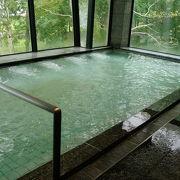 湖畔に立つ広々温泉