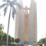 アスワン・ハイダム 完成記念塔◎広い公園に鎮座する尖塔