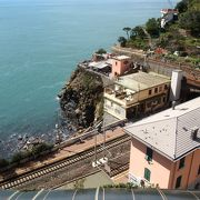 街から下を眺めるとリオマッジョーレ駅です