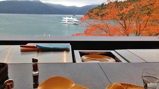 足湯席もある眺望良いベーカリーレストラン