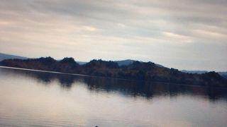 美しい紅葉の湖