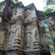 郊外にある歴史ある寺院