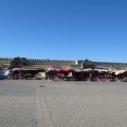 マンスール門の前のエディム広場