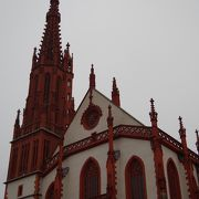 赤い外観が可愛らしい教会