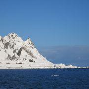 青空の下、オホーツク海にせり出した岬の先端に白い神が立つ!