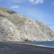 黒っぽい砂浜が印象的なビーチ