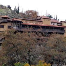 川の対岸のホテル
