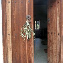 家や教会にオリーブが榊のようにあった