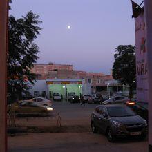 スーパーから見た向かい側の景色★月がきれいだった。