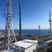 室蘭と、周囲の海や山を見渡せる。夜はテレビ塔のライトアップ。