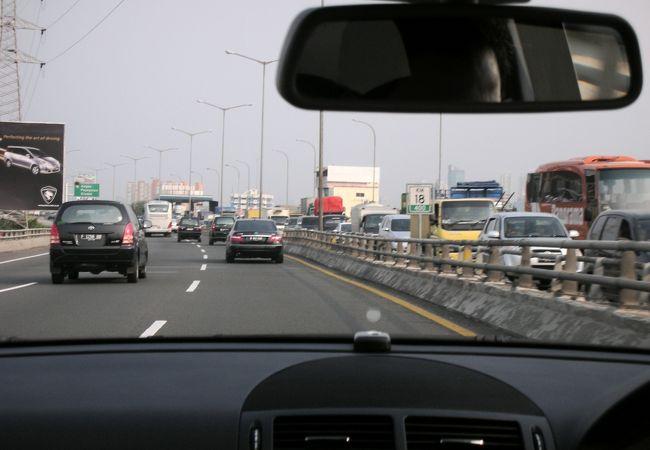 対向車線は激しい渋滞