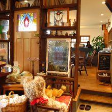 カフェはお店の奥です。スリッパに履き替えます