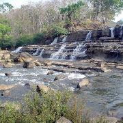 ゆるやかな滝が幅広くゆるやかに落ちていて、宿泊施設なんかも充実しているタート・ローの滝