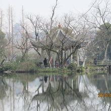 島の中に池があり更に島がある。