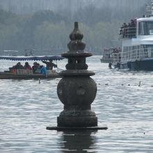 西湖に浮かぶ石灯籠。