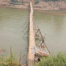 乾季につくられる橋