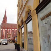 赤と白のコントラストが印象的な教会
