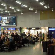 同じターミナル内に複数個所ありますが、入り口に一番近くて日本人店員がいます。